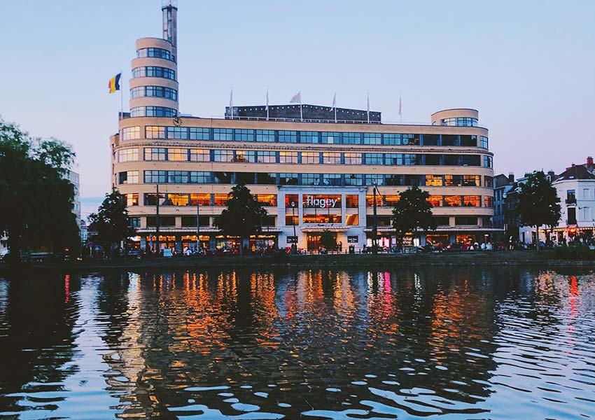 Étang et bâtiment Flagey Important bâtiment culturel de Bruxelles sur la place Flagey cœur historique d'Ixelles